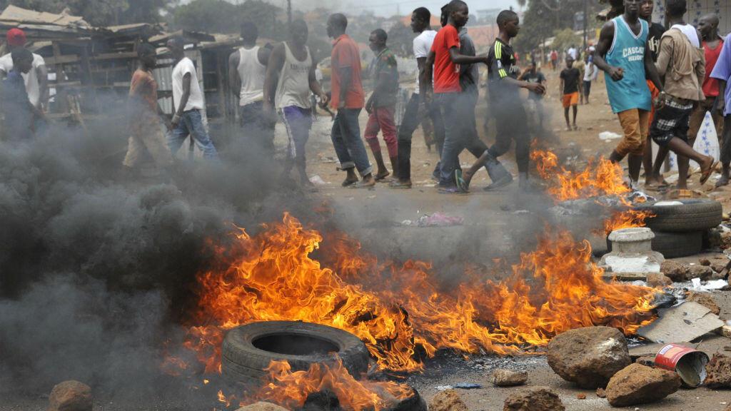 De violents affrontements ont eu lieu dans la banlieue de Conakry en Guinée, le 13 avril 2015.