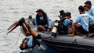 Un soldado de la marina indonesia salta para bucear en la zona del accidente del vuelo JT610 de Lion Air en la costa norte de la regencia de Karawang, provincia de Java Occidental, Indonesia, 30 de octubre de 2018.