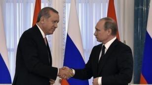 مصافحة بين الرئيسين التركي رجب طيب أردوغان والروسي فلاديمير بوتين 09 آب/أغسطس 2016