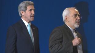 Le secrétaire d'État américain John Kerry et son homologue iranien Mohammad Javad Zarif, le 2 avril 2015 à Lausanne.