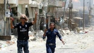 """مقاتلان عراقيان داخل الفلوجة بعد استعادتها من تنظيم """"الدولة الإسلامية"""""""