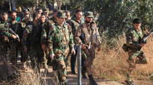 Des soldats de l'armée syrienne dans les alentours de l'aéroport de Kweires, près d'Alep, le 11 novembre 2015.