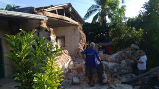 Esta fotografía tomada el 27 de julio de 2019 muestra los daños causados a un edificio por los terremotos registrados en la provincia de Batanes, en Filipinas.