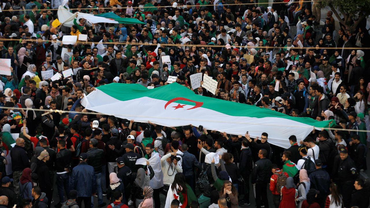 Decenas de manifestantes participan en una protesta que exige un cambio político inmediato en Argel, Argelia, el 12 de marzo de 2019.