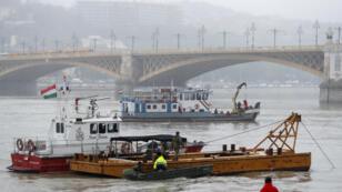 Los botes de rescate permanecen en la zona después de un accidente que dejó varios muertos en el río Danubio en Budapest, Hungría, el 30 de mayo de 2019