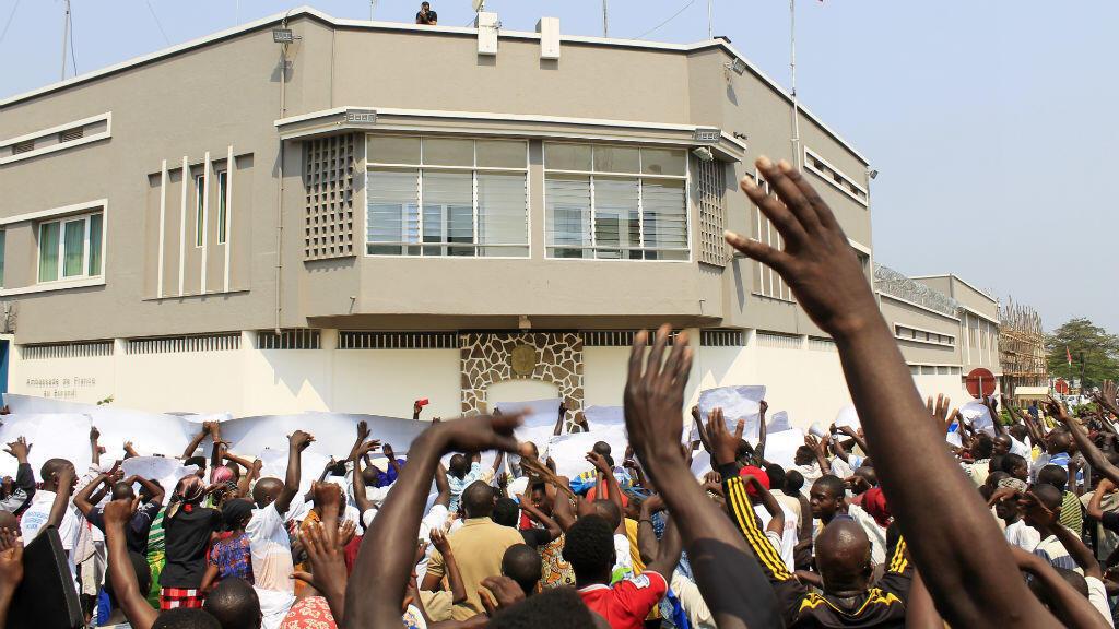 Des manifestants devant l'ambassade de France à Bujumbura, le 30 juillet 2016, pour protester contre la décision de l'ONU d'envoyer des policiers dans le pays.