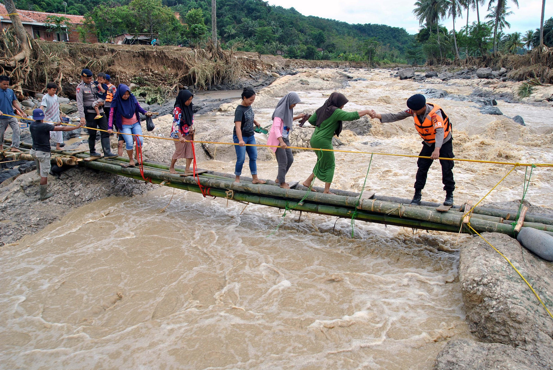 2020-01-03T141443Z_283167116_RC2E8E9RSU1J_RTRMADP_3_INDONESIA-WEATHER-FLOODS