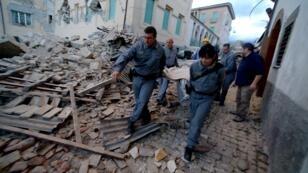 Le séisme qui a frappé le centre de l'Italie, dans la nuit du mardi 23 au mercredi 24 août 2016, a fait au moins 247 morts selon un nouveau bilan.