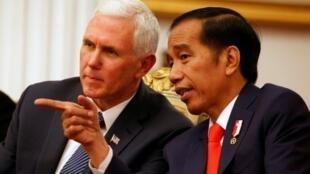 الرئيس الإندونيسي جوكو ويدودو (يمين) خلال استقباله نائب الرئيس الأمريكي مايك بنس في جاكرتا الخميس 20 نيسان/أبريل 2017