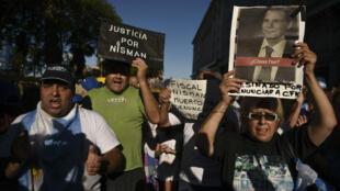 Des Argentins manifestent le 18 janvier 2017 à Buenos Aires, deux ans exactement après la mort du procureur Alberto Nisman dans des circonstances mystérieuses en 2015.