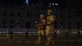 Soldados patrullan frente a la Casa de Gobierno en Santiago durante un toque de queda, el 21 de octubre de 2019.