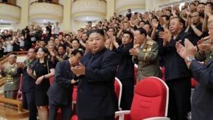 Le leader nord-coréen Kim Jong-un le 27 juillet 2019 lors d'un concert à Pyongyang.