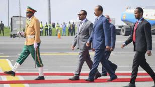 El presidente de Eritrea, Isaias Afwerki, en compañía del primer ministro de Etiopía, Abiy Ahmed, a su llegada al aeropuerto internacional de Bole en Addis Ababa, Etiopía, el 14 de julio de 2018.