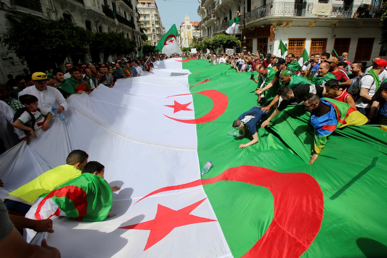 Manifestantes en Argel piden el fin para la élite que gobierna el país, el 7 de junio de 2019.