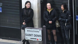 Des prostituées dans la rue à Paris, le 29 mars 2015.