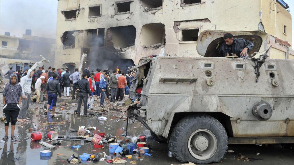 Un véhicule piégé lancé contre un poste de police à Al Arich, au Sinaï, a fait au moins huit morts et une quarantaine de blessés, le 12 avril 2015.