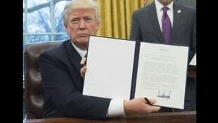 الرئيس الأمريكي دونالد ترامب يعرض مذكرة انسحاب الولايات المتحدة من اتفاقية التبادل الحر عبر المحيط الهادئ بعد التوقيع عليها في البيت الأبيض