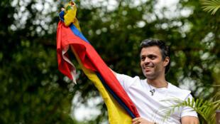 Leopoldo Lopez a brandi un drapeau vénézuelien à son domicile pour célébrer sa sortie de prison, samedi 8 juillet.