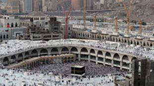 Sur l'esplanade de la Grande Mosquée, des brumisateurs rendent la chaleur plus supportable, mardi 29 août 2017.