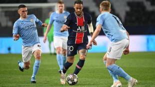 L'attaquant brésilien du PSG Neymar (c) pris en étau par des joueurs de Manchester City en demi-finale aller de la Ligue des champions, le 28 avril 2021 au Parc des Princes