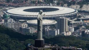 Tribunal Supremo de Brasil discutirá pedido para impedir la Copa América. En esta foto de archivo, tomada el 3 de diciembre de 2013, una visual del Cristo Redentor, el estadio Maracaná y otros edicificios de Rio de Janeiro, una de las sedes de la Copa.