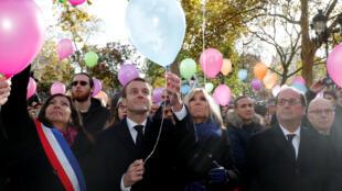 El presidente francés Emmanuel Macron, su esposa Brigitte Macron, la alcaldesa de París Anne Hidalgo y el expresidente francés Francois Hollande lanzan globos en conmemoración a las víctimas de los ataques del 13 noviembre. París, Francia, 13 de noviembre 2017.