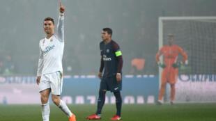 L'attaquant du Real Madrid Cristiano Ronaldo (en blanc) célèbre son but contre le PSG, le 6 mars 2018 au Parc des Princes.