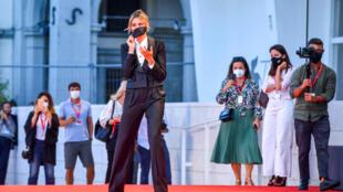 L'actrice Anna Foglietta, mâitresse de cérémonie de la Mostra de Venise, pose sur le tapis rouge le 1er septembre 2020