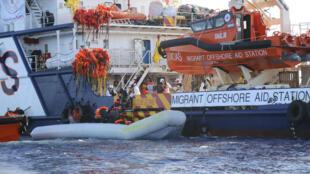 """Des migrants sont secourus par le bateau """"MOAS"""", le 14 septembre 2016 au large de la ville libyenne de Sabratha."""