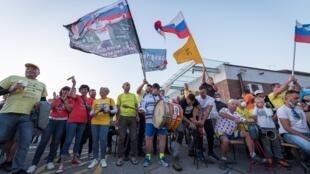 Seguidores de Pogacar y Roglic ondean banderas mientras celebran la victoria de Tadej Pogacar y el segundo lugar de Primoz Roglic en el Tour de Francia, el 20 de septiembre de 2020 en la ciudad natal de Pogacar, Komenda