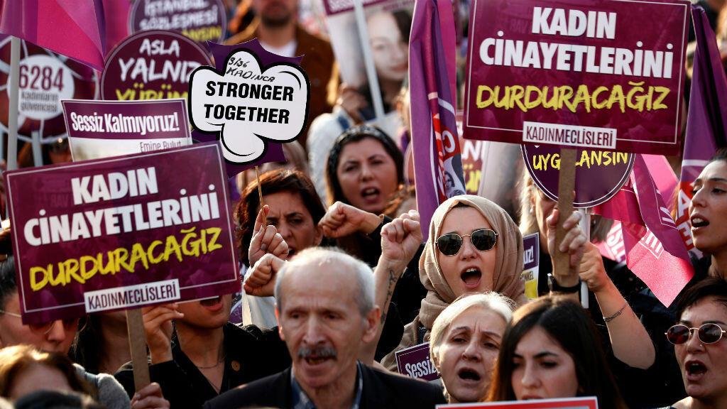 Los manifestantes gritan consignas durante una protesta contra el feminicidio y la violencia contra las mujeres, en Estambul, Turquía, el 24 de noviembre de 2019.