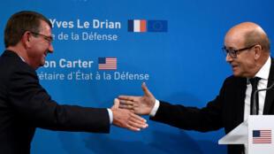 Le secrétaire d'État à la Défense, Asthon Carter, et son homologue français, Jean-Yves Le Drian, à Paris, le 25 ocotbre.