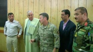 Imagen de la reunión en la que se encontraban los oficiales, minutos antes del atentado. De izquierda a derecha, el jefe de la policía de Kandahar General Abdul Razeq, asesinado en el atentado, el gobernador de Kandahar Zalmay Wesa y el comandante de las fuerzas de la OTAN en Afganistán, el general estadounidense Scott Miller, el 18 de octubre de 2018.