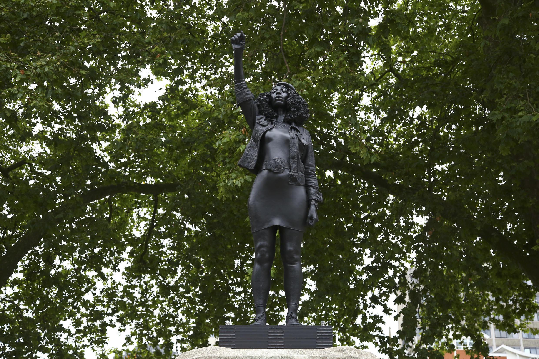 La nouvelle statue représente Jen Reid, une femme noire qui a aidé à abattre un monument d'un marchand d'esclaves britannique à Bristol lors des manifestations de Black Lives Matter de la ville plus tôt cet été.