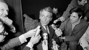 """Le journaliste français de l'AFP, François Pelou, à l'aéroport d'Orly le 27 décembre 1970 après son expulsion du Brésil pour """"activités contraires à la sécurité nationale"""""""