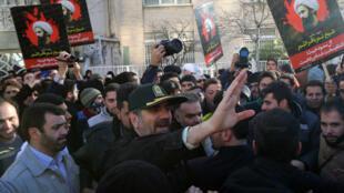 Le chef de la police de Téhéran, Hossein Sajedinia, appelle les manifestants à cesser leur protestation devant l'ambassade d'Arabie saoudite le 3 janvier 2016.