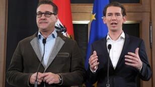 Sebastian Kurz (à d.) et le leader du Parti de la Liberté (FPÖ), Heinz-Christian Strache, lors d'une conférence de presse, le 15 décembre 2017.