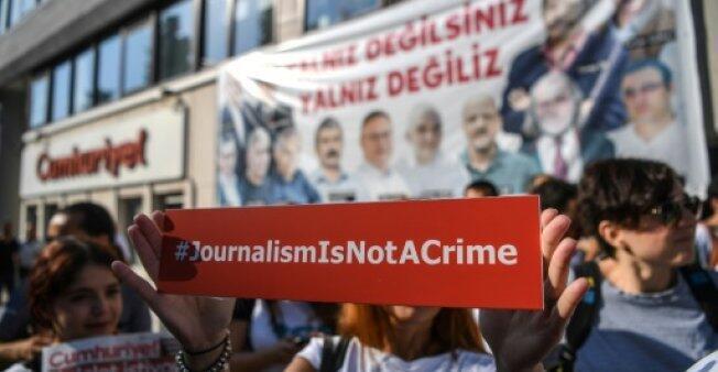 """صحافيون يحملون لافتة تقول """"الصحافة ليست جريمة"""" أمام مقر صحيفة جمهوريت المعارضة في إسطنبول في 24 تموز/يوليو 2017."""