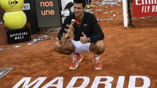 الصربي نوفاك ديوكوفيتش يحتفل بتتويجه بطلا لدورة مدريد للماسترز في كرة المضرب، في 12 أيار/مايو 2019.