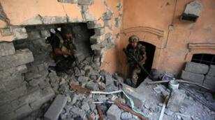 Les forces antiterroristes irakiennes sécurisent les maisons dans la vieille ville de Mossoul, le 4 juillet 2017.