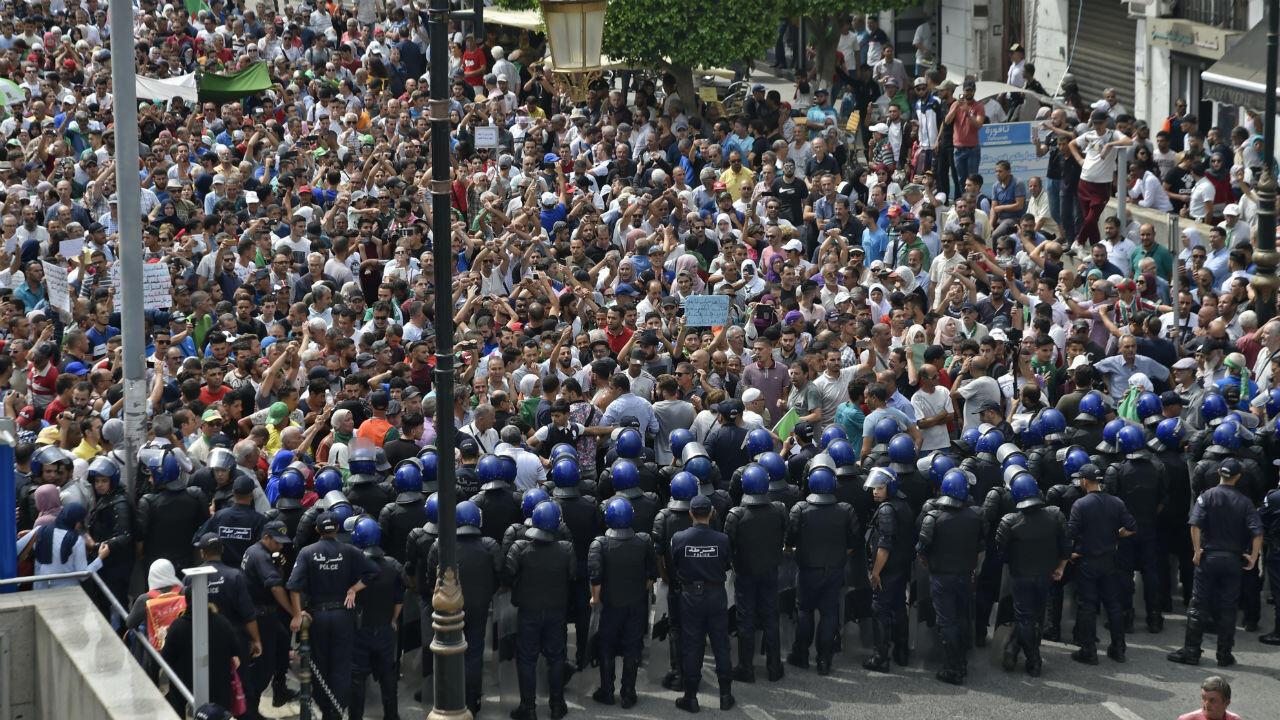 Les forces de sécurité algériennes forment une barrière devant les protestataires à Alger, le 17septembre2019.