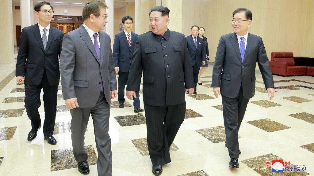 Miembros de la delegación del gobierno surcoreano se reúnen con el líder de Corea del Norte, Kim Jong-un, en Pyongyang, Corea del Norte el lunes 5 de marzo de 2018.
