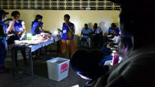 Décompte des bulletins dans un bureau de vote de Monrovia, la capitale, le 10 octobre 2017.