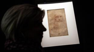 """Un visitante ve el """"Retrato de un hombre con tiza roja"""", reconocido autorretrato de Leonardo da Vinci, en Turín, Italia, el 15 de abril de 2019."""