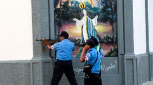 Agentes de Policía durante los enfrentamientos contra manifestantes antigubernamentales en Masaya, Nicaragua, el 13 de julio de 2018.