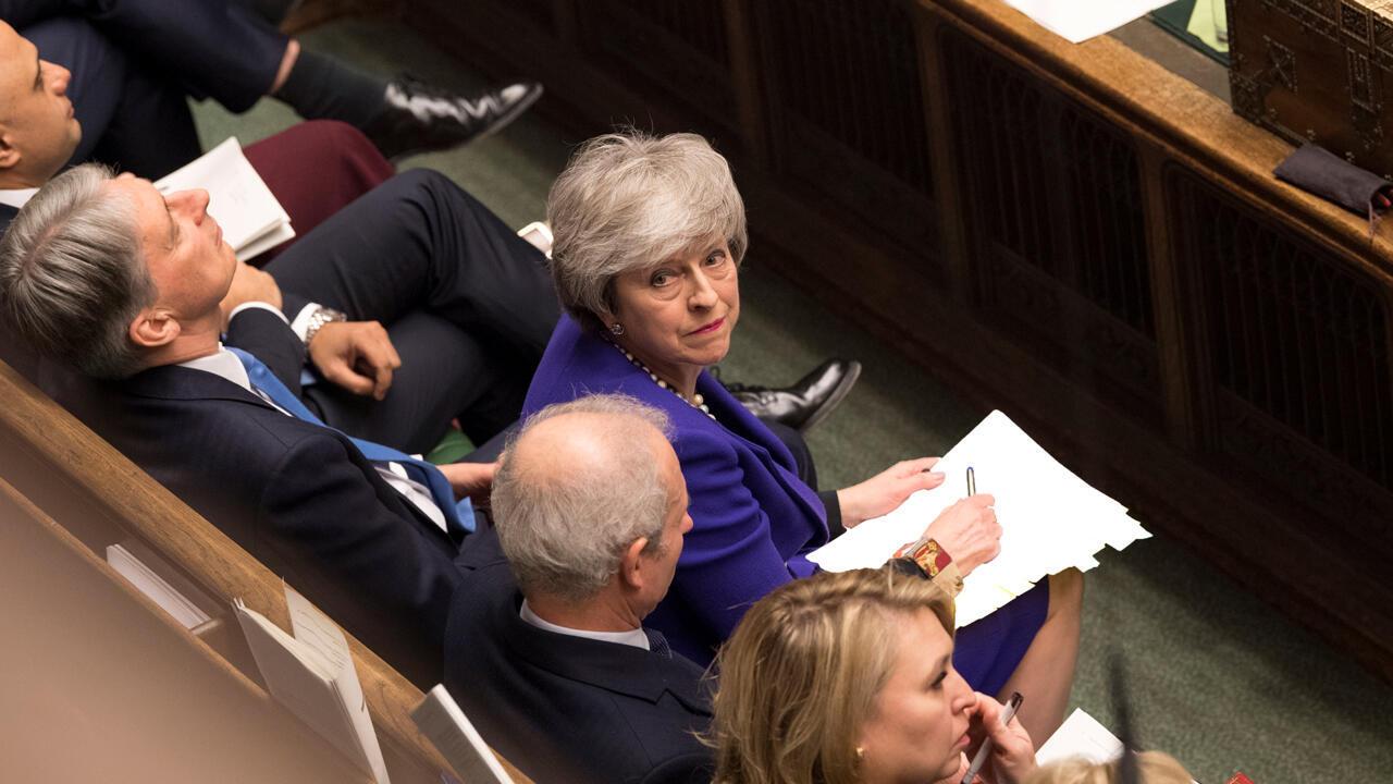 La primera ministra británica, Theresa May, mira hacia arriba durante una sesión en el Parlamento, en Londres, Gran Bretaña.