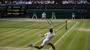 Le Serbe Novak Djokovic (au premier plan) lors de la dernière finale messieurs de Wimbledon qu'il a remportée face au Suisse Roger Federer le 14 juillet 2019 à Londres.