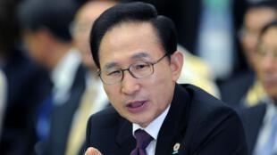 L'ancien président sud-coréen Lee Myung-bak est visé par un mandat d'arrêt.