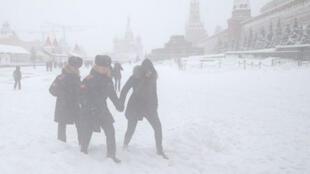 Personas caminan en la Plaza Roja cubierta de nieve durante intensas nevadas en Moscú, Rusia, el 4 de febrero de 2018.