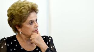 La présidente brésilienne Dilma Rousseff a attaqué ses détracteurs dans une tribune publiée par le quotidien Folha de S. Paulo.